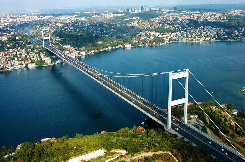 Wisata ke Istanbul, Turki rasanya kurang lengkap kalau belum menyeberangi Bogazici Koprusu alias Jembatan Bosphorus. Ini adalah salah satu jembatan gantung yang melintang di atas Selat Bosphorus (Thinkstock)