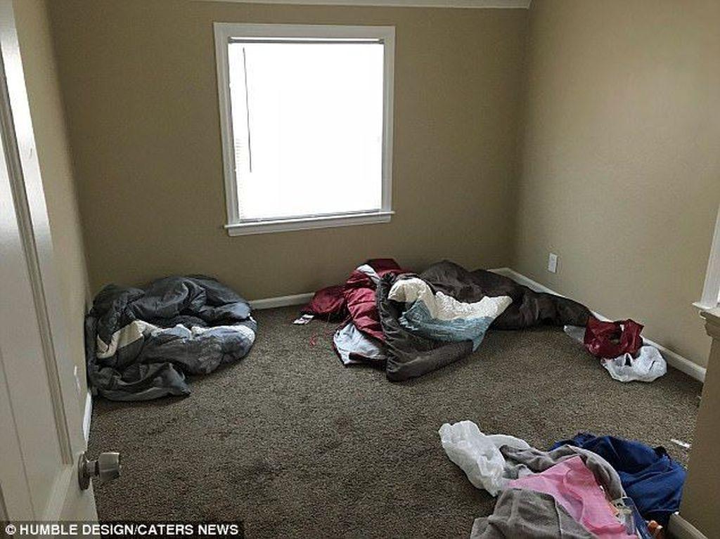 Rumah tersebut hanya berisi kasur lipat dan beberapa kursi. Seorang pekerja sosial melaporkan kondisi itu ke sebuah organisasiHumble Designyang menangani kasus keluarga, untukdiminta membantu Daeyers dan ibunya.(Foto: Dailymail)