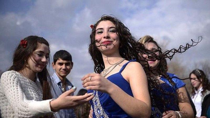 Kamu yang ingin mencari jodoh, datang saja ke Pasar Gypsy Bride di Stara Zagora, Bulgaria. Sesuai namanya, pasar ini menjajakan gadis-gadis single yang siap menikah. Tentu saja para gadis ditemani oleh orangtuanya. Jika cocok, para pria bisa langsung melamar para gadis dan menikah. (AFP)