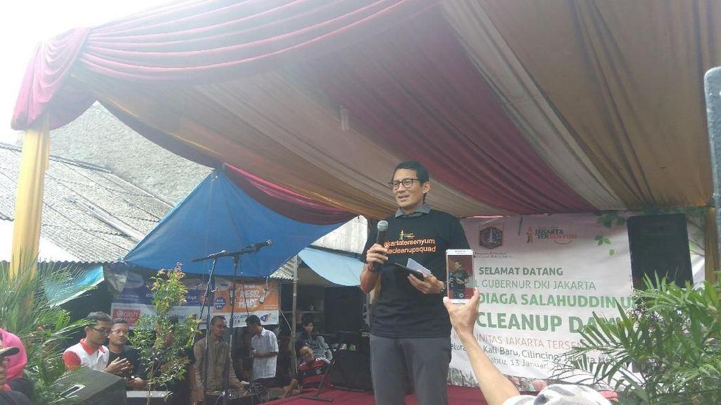 Bebersih Kampung, Sandi Ingatkan Warga Peduli Sampah