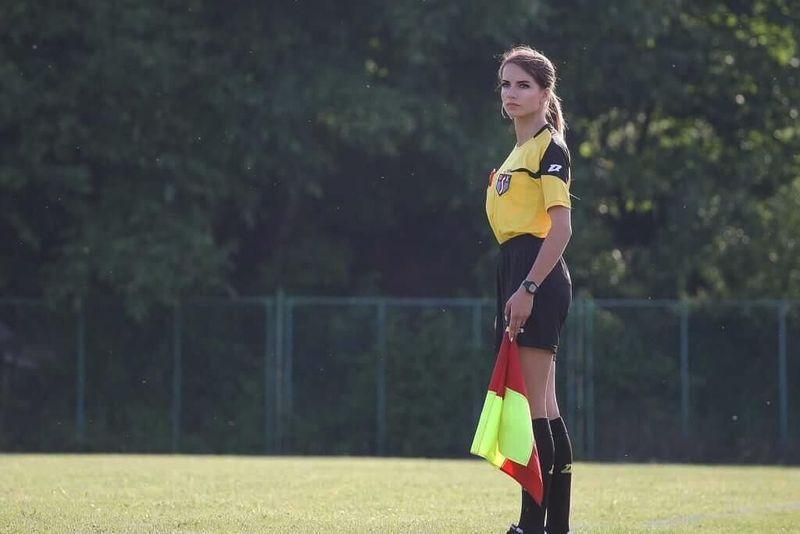 Adalah Karolina Bojar (20), dara kelahiran Polandia yang berprofesi sebagai wasit sepak bola. Kehadirannya pun seakan menjadi pemanis di lapangan sepak bola yang didominasi kaum adam (bojarmeow/Instagram)