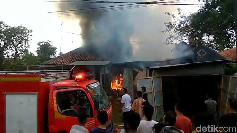 Sebuah Gudang Pengolahan Batik di Kota Pekalongan Terbakar