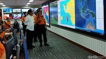 Foto: Panglima TNI Berkemeja Putih Saat Kerja di Akhir Pekan
