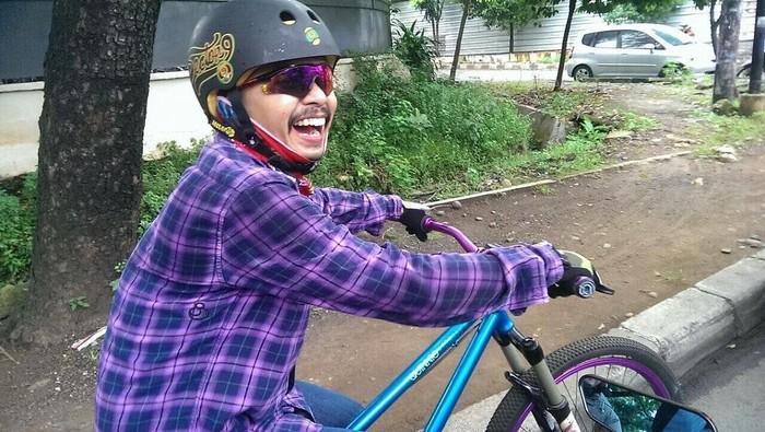 Komedian Wendi Cagur tergolong artis yang gemar bersepeda. Ia memiliki beragam jenis sepeda bahkan doyan gowes untuk pergi ke tempat kerja. (Foto: Instagram @wendicagur)