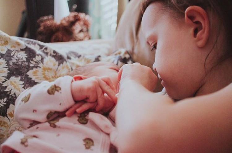 Cuma menyentuh jemari adik kecilnya, kasih sayang si kakak terpancar banget ya, Bun. (Foto: Instagram/ @littleredshoes365)