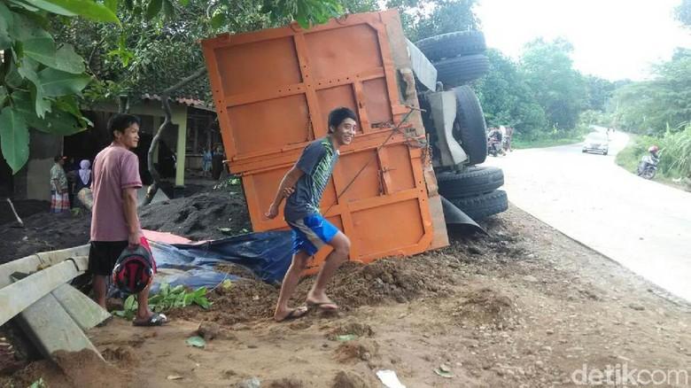 Rem Blong, Truk Pasir Terguling di Jepara