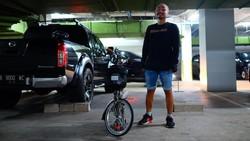 Olahraga bisa di mana saja. Misal ketika pergi ke kantor dengan bersepeda. Salah satu yang melakukannya adalah komedian Wendi, gowes ke lokasi kerja.
