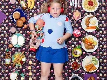Ini Greta Moeller, bocah berusia 7 tahun dari Hamburg, Germany, bersama makanan yang dimakannya selama seminggu. (Foto: Gregg Segal Via Time Magazine)