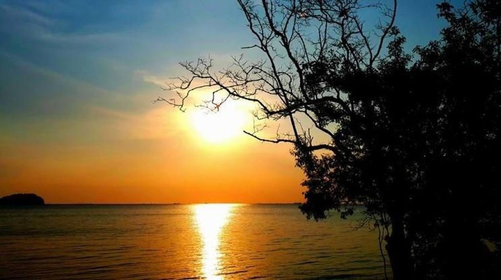 Senja Tenggelam di Pantai Tanjung Pendam