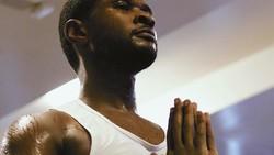 Usher belum lama ini mengunggah foto dirinya tengah melakukan yoga. Di foto tersebut penyanyi R&B itu betul-betul sampai mandi keringat. Wah!