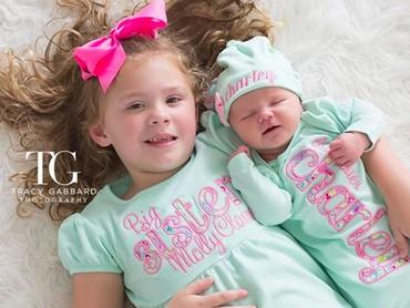 Pakai baju kembaran sama adik yang baru lahir, cute juga kan? (Foto: Instagram/ @tracygabbardphotography)