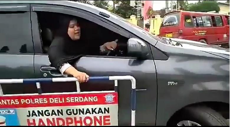 Galaknya Emak-emak Zaman Now, Ogah Diatur Polisi Saat Berkendara