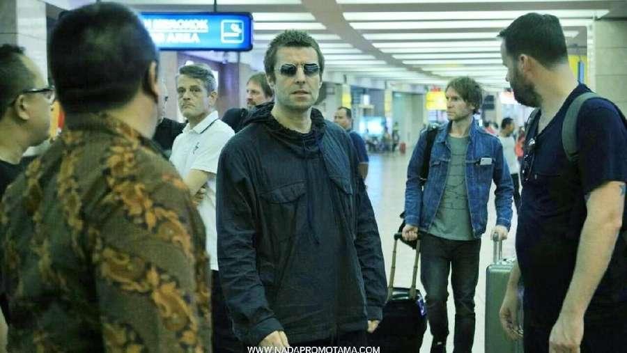 Santainya Liam Gallagher Layani Permintaan Tanda Tangan Fans di Jakarta