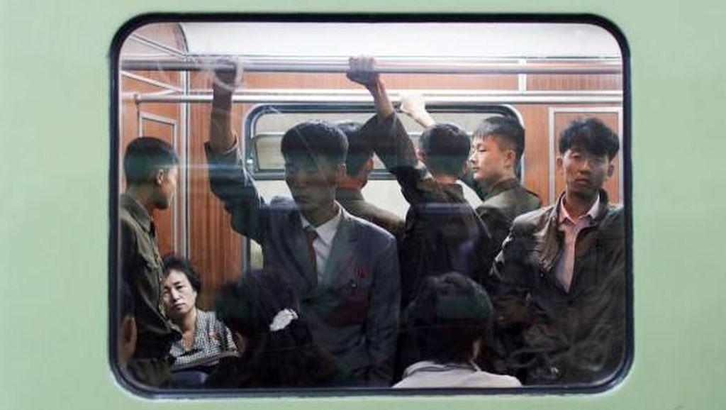 Terungkap! Suasana Stasiun Kereta Bawah Tanah di Korea Utara