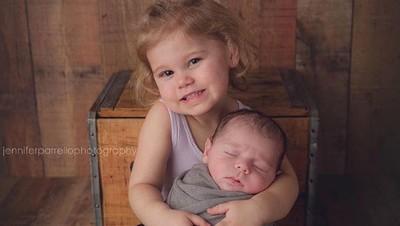 So Sweet! Potret Kasih Sayang Kakak pada Adiknya yang Baru Lahir