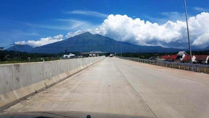 Kehadiran jalan tol Bawen-Salatiga sempat populer di kalangan netizen Indonesia. Tol sepanjang 17,6 kilometer tersebut memiliki pemandangan alam yang disandingkan dengan panorama di luar negeri. Dok. PU.