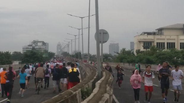 Warga Jakarta olahraga di car free day JLNT Antasari