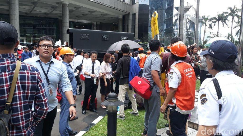 Bos BEI Bantu Evakuasi Korban Selasar Ambruk