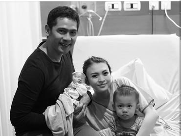 Tapi syukurlah bayinya nggak lama-lama di NICU, sehingga bisa berkumpul bersama orang tua dan kakaknya. Sehat selalu ya, Baby Parva. (Foto: Instagram @adinugroho_st)