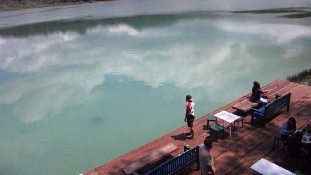 Bersantai di Danau yang Bisa Berubah warna