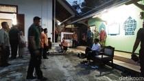 Datang Saat Magrib, Jokowi dan Ganjar Salat di Musala Warga