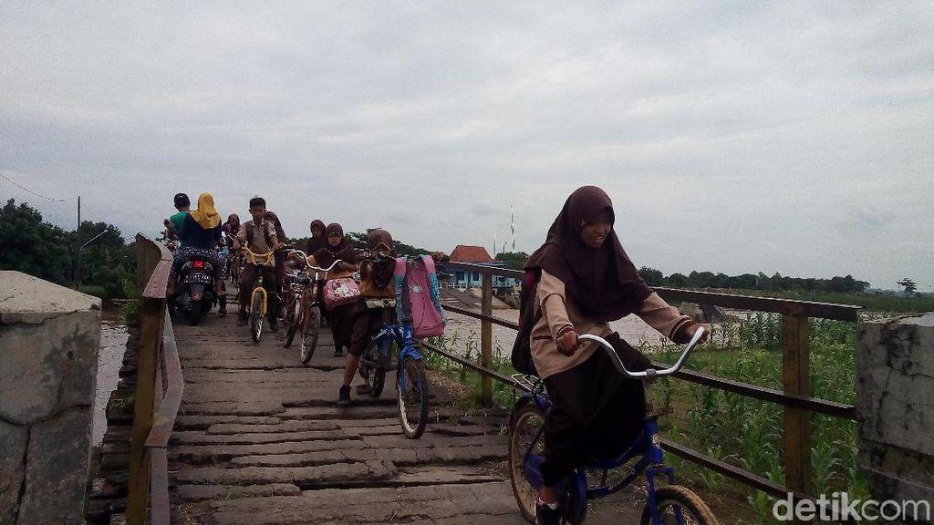 Melihat Jembatan Bungpes di Jepara yang Bikin Deg Deg Ser