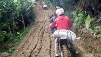 Terisolir, Distribusi Sembako Pakai Trail di Banjarnegara