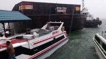 Kapal Tongkang Tabrak Dermaga, Warga Berhamburan