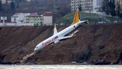 Pesawat Penumpang di Turki Tergelincir ke Tebing Tepi Laut
