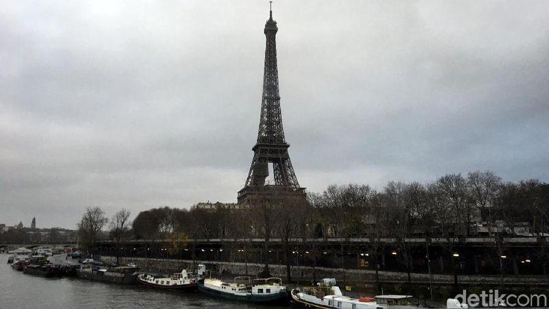 Menara Eiffel adalah landmark paling terkenal di Paris, Prancis. Setiap turis yang datang ke Paris, pasti mau berfoto di depan menara ini (Angga/detikTravel)