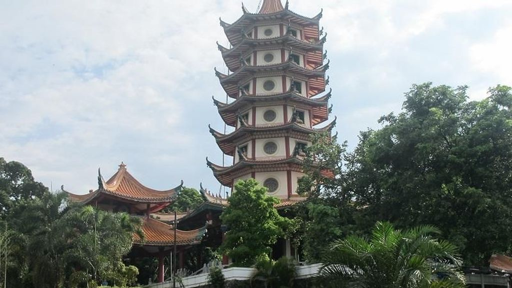 Berkunjung ke Pagoda Paling Megah di Semarang