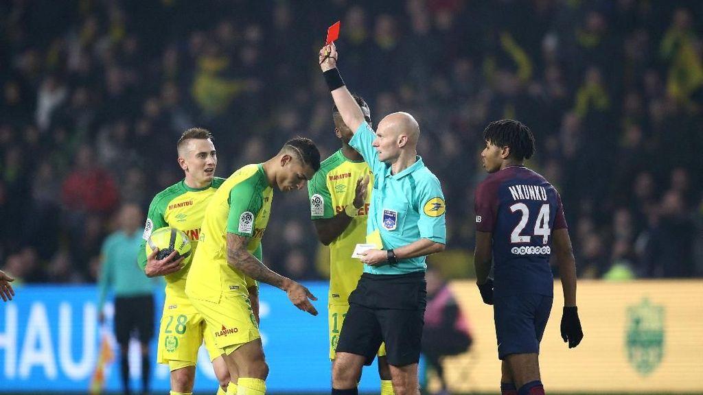 Pemain Nantes Ini Dapat Tekel dan Kartu Merah dari Wasit