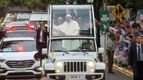 Aksi Paus Fransiskus Ini Spontan dan Mengejutkan Banget