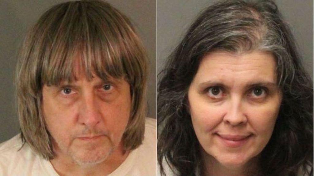 Ekspresi Pasangan yang Tega Rantai 13 Anaknya Saat Diadili