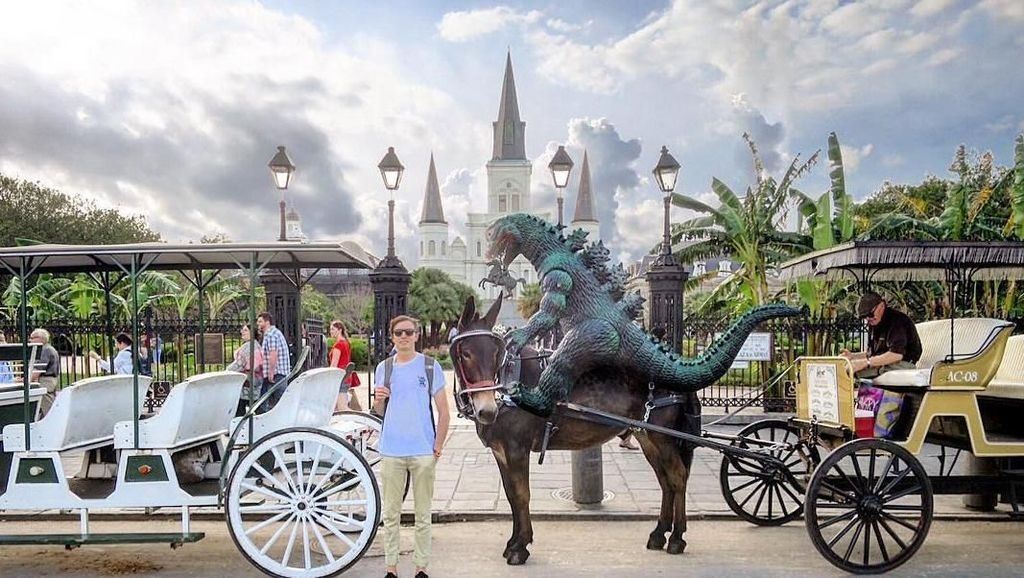 Blogger Tampan Ini Traveling Bareng Godzilla