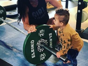 Jangan-jangan putra Emily ikut jejak sang bunda nih. Jadi atlet. He-he-he. (Foto: Instagram/emilybreeze)