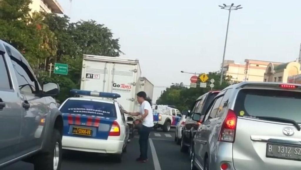 Viral Video Lawas Pria Gondrong Kembalikan Sampah ke Mobil Polisi