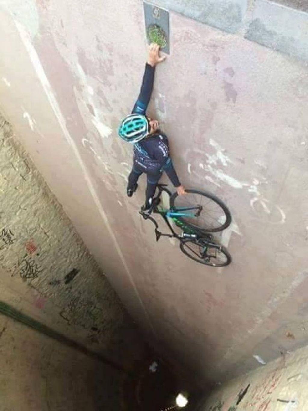Pesepeda ini terlihat bakal jatuh ke jurang, padahal jika foto diputar ini hanyalah lorong jalan. (Foto: Brightside)