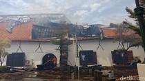 Petugas Masih Padamkan Sisa Api di Museum Bahari