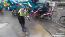 Ketika Polisi Protes Jalan Rusak Dengan Lepas Ikan di Lubang Jalan