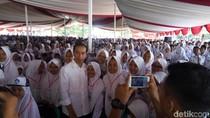 Didampingi Khofifah, Jokowi Bagikan 1.771 KIP di Banjar Jabar