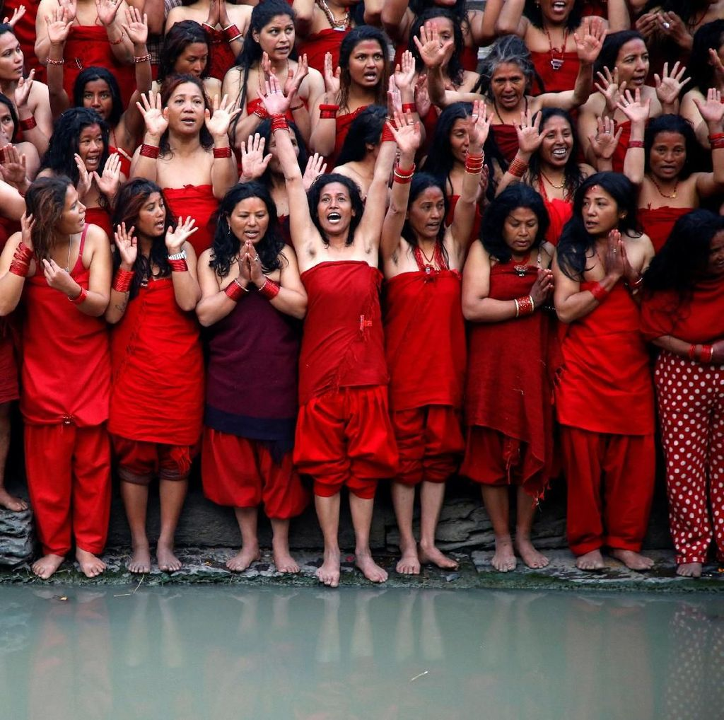 Mengintip Wanita Nepal Mandi Suci di Festival Swasthani Brata Katha