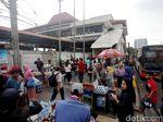 Foto: PKL Kembali Sesaki Trotoar Stasiun Tanah Abang