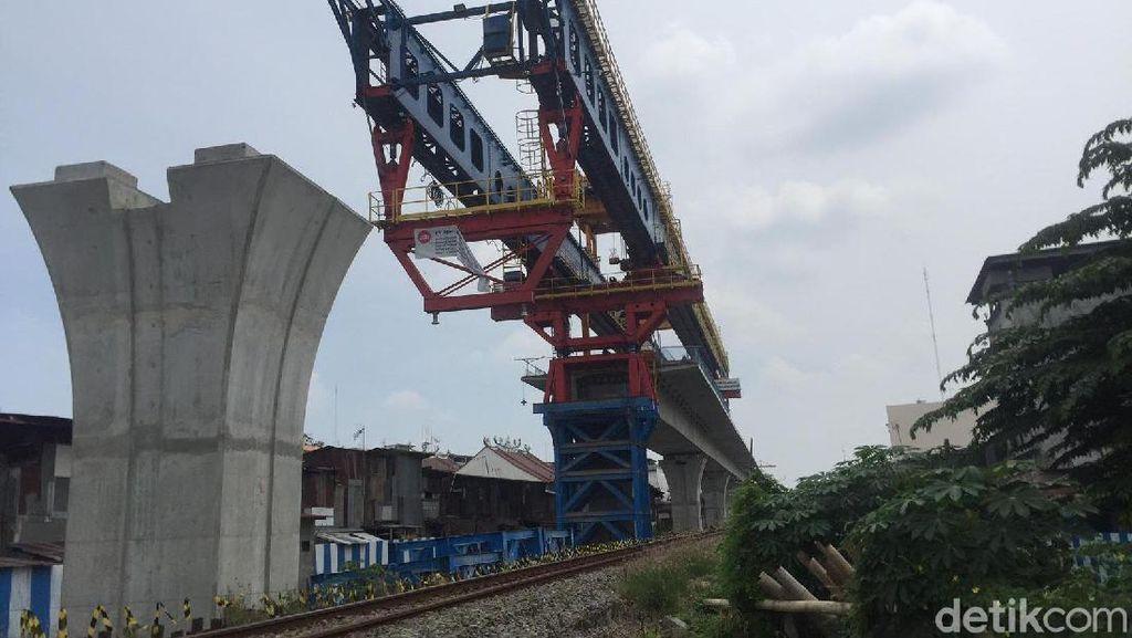Tak Disetop, Konstruksi Kereta Layang di Medan Jalan Terus