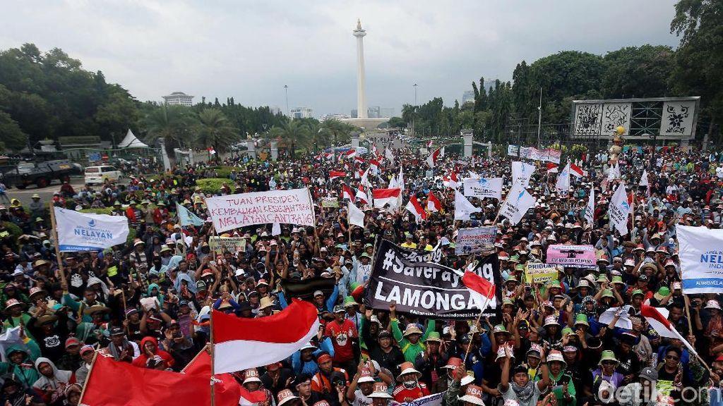 Aksi Demo Nelayan Tolak Larangan Cantrang di Depan Istana