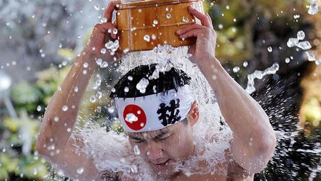 Foto: Wah, Ada Upacara Mandi Bareng di Jepang!