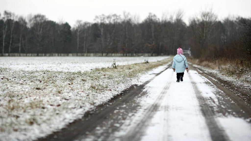 Perjuangan Bocah Terobos Cuaca Ekstrem Demi Pergi ke Sekolah