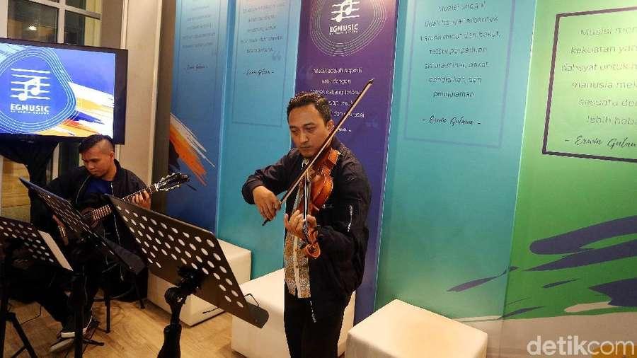 Musisi Erwin Gutawa Resmikan Sekolah Musik