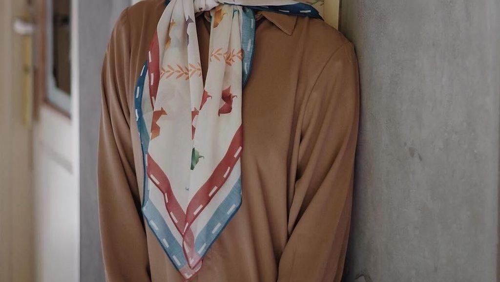 Inspirasi Gaya Antimainstream Pakai Scarf Motif dari 8 Selebgram Hijab