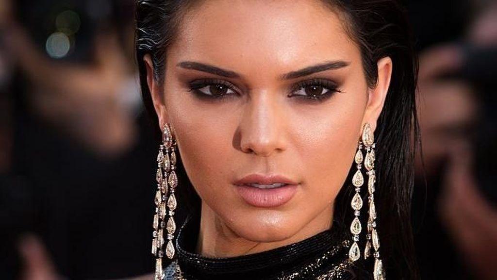 Kendall Jenner Pose Tanpa Busana, Netizen Salah Fokus ke Jari Kakinya